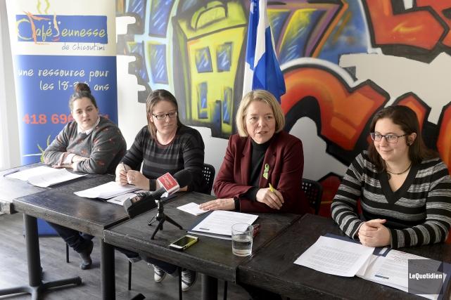 La direction du Café-Jeunesse a présenté la présidente... (Photo Le Quotidien, Jeannot Lévesque)