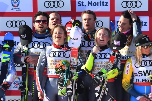 Les skieurs français célèbrent après leur victoire.... (Photo Dimitar Dilkoff, AFP)