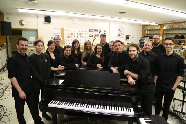Les chanteurs et musiciens se sont réunis lundi... (photo Janick Marois)