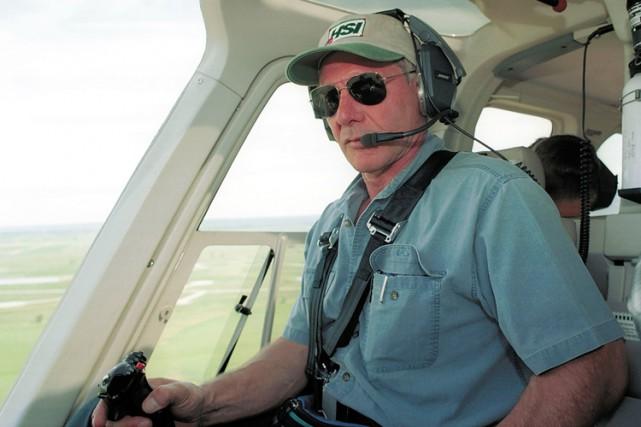 Harrison Ford pilotant un hélicoptère en juillet 2001.... (ARCHIVES AFP)