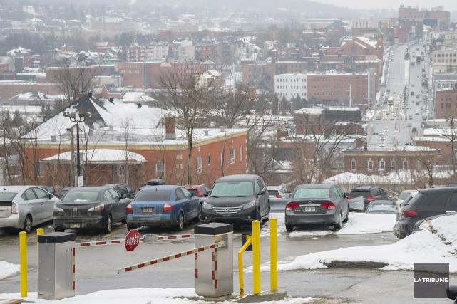 Les droits d'entrée dans les 115 stationnements du... (Archives, La Tribune)