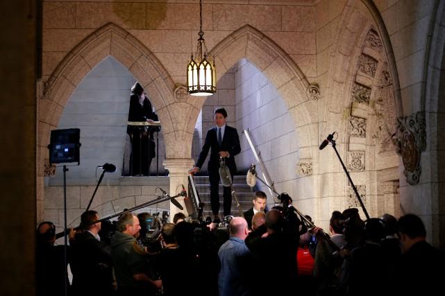 Le premier ministre Justin Trudeau est accueilli par... (PHOTO Chris Wattie, REUTERS)