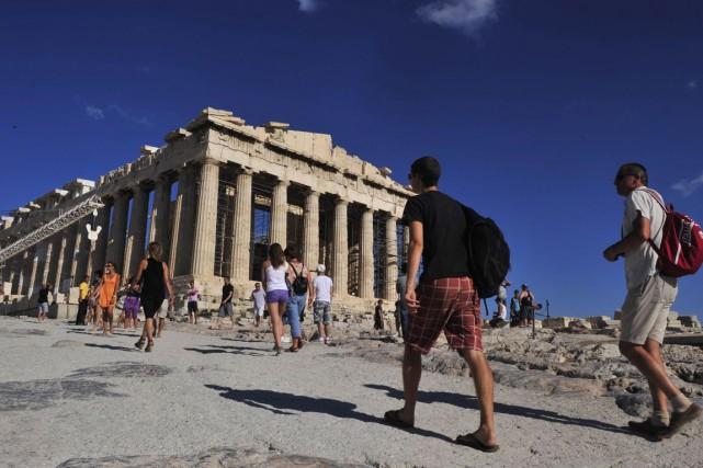 Des touristes à l'acropole d'Athènes... (Archives AFP)
