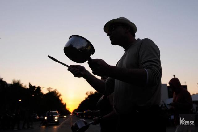 Des citoyens manifestent avec leurs casseroles pendant le... (Archives La Presse, Bernard Brault)
