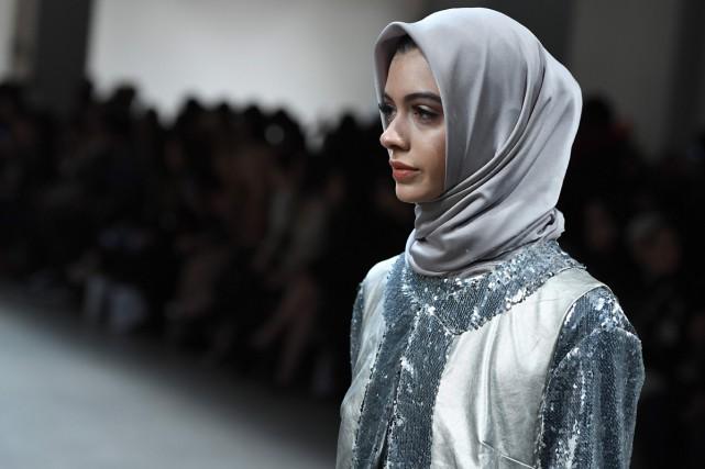 Une tenue de la créatrice indonésienne Anniesa Hasibuan... (PHOTO AFP)