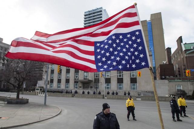 Un drapeau à l'envers est transporé lors d'une... (ARCHIVES PC)