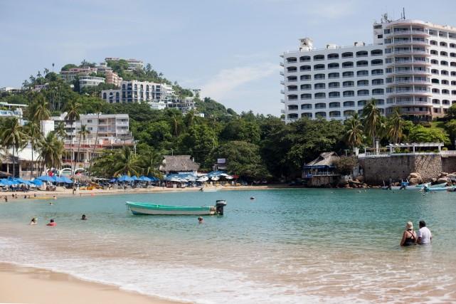 Des touristes profitent du beau temps sur une... (Photo Brett Gundlock, archives Bloomberg)
