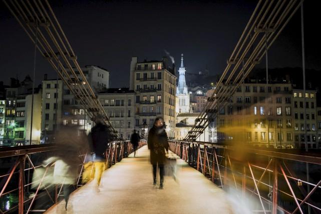 La passerelle piétonnière Saint-Vincent permet de traverser la... (AFP, Jeff Pachoud)