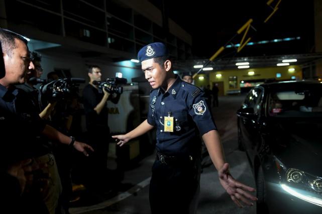 Un officier de police malaisien tentait d'empêcher les... (AFP, Mohd Rasfan)