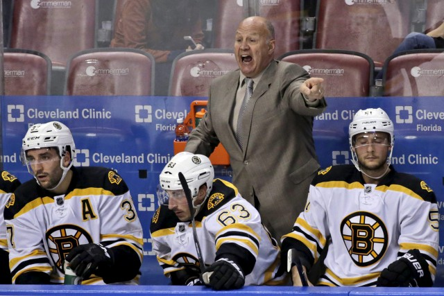 Claude Julien, alors qu'il dirigeait les Bruins de... (Archives AP, Wilfredo Lee)