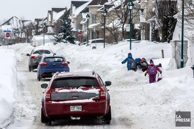 Des enfants doivent marcher sur les trottoirs non... (Olivier Pontbriand, La Presse)
