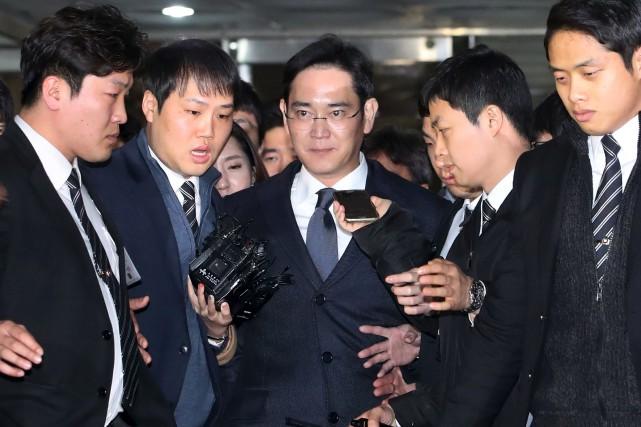 Lee Jae-Yong (au centre), 48 ans, est accusé... (AP, Choi Jae-koo)