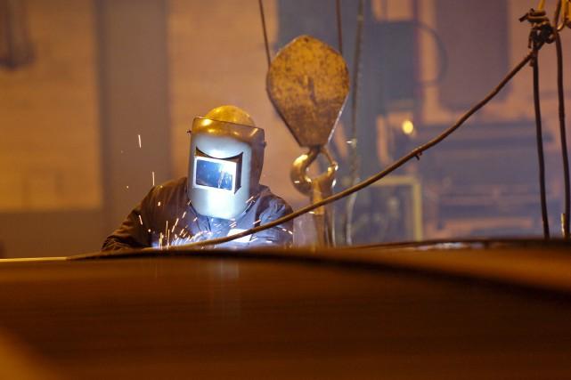 Un soudeur à l'oeuvre dans l'usine de Canam... (Photothèque Le Soleil)
