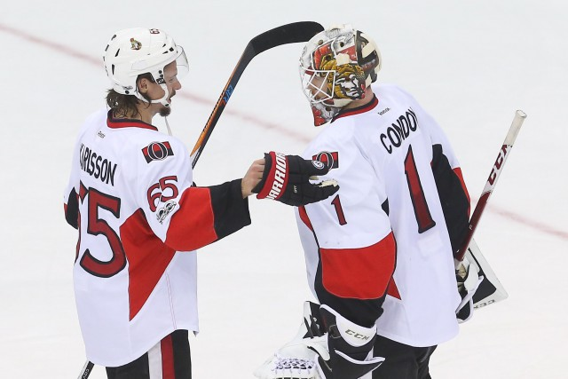 Erik Karlsson et Mike Condon... (Photo Ed Mulholland, USA TODAY Sports)