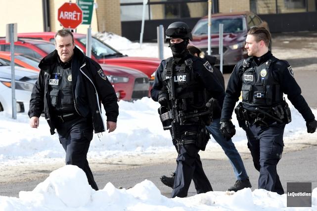 Une vingtaine de policiers, dont des enquêteurs et... (Photo Le Quotidien, Rocket Lavoie)