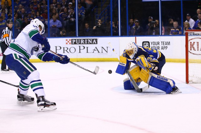 Jake Allen résiste au tir de Bo Horvat... (Photo Billy Hurst, USA Today Sports)
