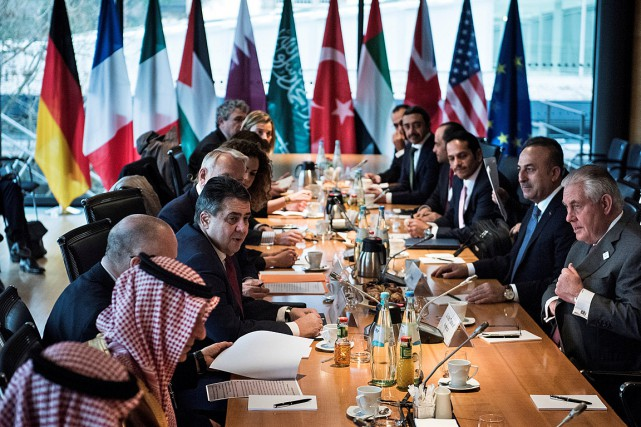 Le secrétaire d'État américain Rex Tillerson (à droite)... (Photo Brendan Smialowski, REUTERS)