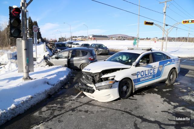 Un policier a été impliqué dans un accident... (Janick Marois, La Voix de l'Est)