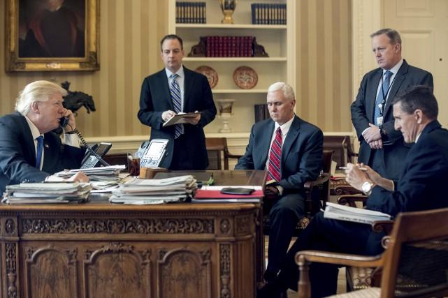 Le président Donald Trump accompagné de Reince Priebus,... (AP)