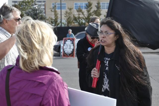 Des maifestants pro et anti-avortement se confrontent devant... (Associated Press)