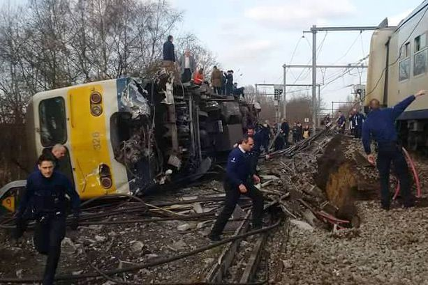 Le train transportait 84 passagers et a déraillé... (Photo Siegried Evens , AFP)