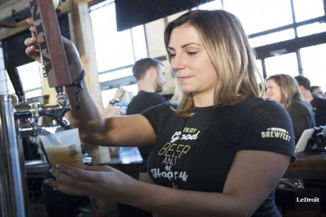 Katie Ayoub verse une bière lors du Brewfest... (Simon Séguin-Bertrand, Le Droit)