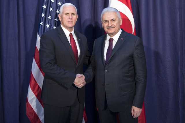 Mike Pence et Binali Yildirim.... (Photo via Associated Press)