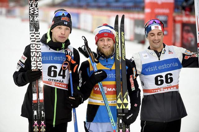 Le gagnant Martin Johnsrud Sundby est entouré d'Iivo... (Photo Martti Kainulainen, AFP/Martti Kainulainen)