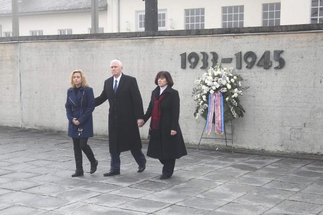 Charlotte Pence, Mike Pence et Karen Pence à... (Photo Michael Dalder, REUTERS)