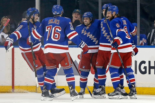 Mats Zuccarello (au centre) célèbre son 12e de la... (Photo Adam Hunger, USA Today Sports)