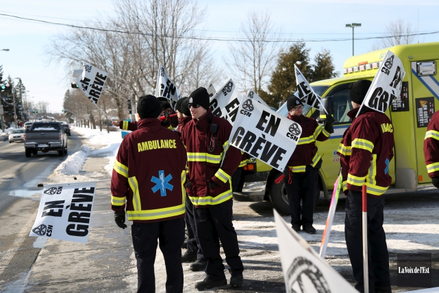 De nombreux ambulanciers ont fait du piquetage samedi,... (Julie Catudal, La Voix de l'Est)