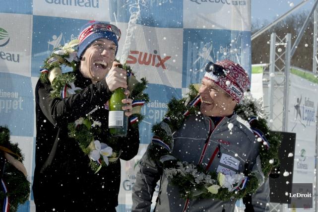 Andy Shields, de Thunder Bay, sabre le champagne... (Martin Roy, Le Droit)