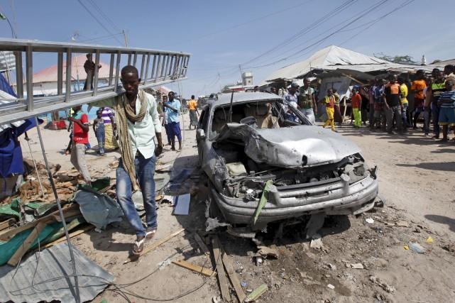 L'explosion d'une voiture garée près d'un restaurant s'est... (AP, Farah Abdi Warsameh)
