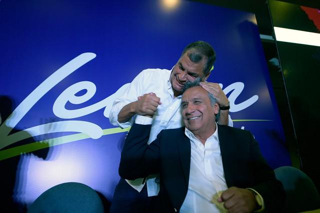 Le président sortant Rafael Correa félicite son ancien... (AFP)