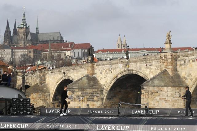 Afin de promouvoir la Coupe Laver, Roger Federer... (Photo Petr David Josek, AP)