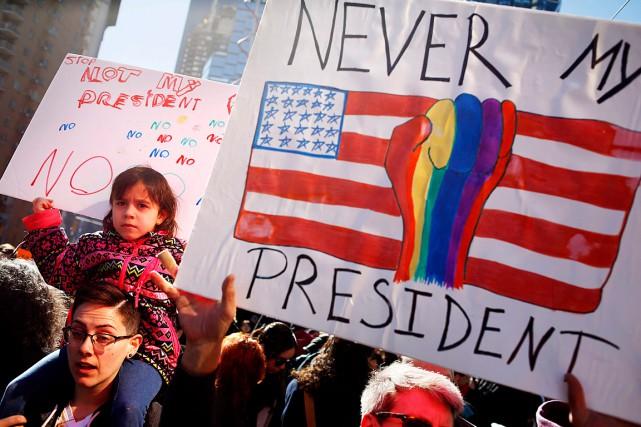 À New York, une foule estimée à 10000personnes... (Photo Seth Wenig, AP)