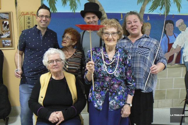 Une centaine d'aînés ont participé aux ateliers du... (La Tribune, Julie Lupien)