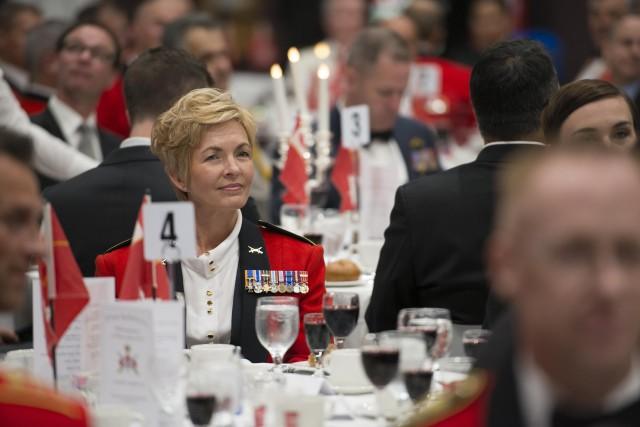 La brigadière générale Jennie Carignan, lors d'un souper... (Photo, Kurt Visser, Directorate of Army Public Affairs)