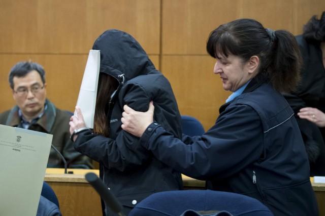 L'un des accusés est escorté autribunal de Francfort.... (AFP, Boris Roessler)