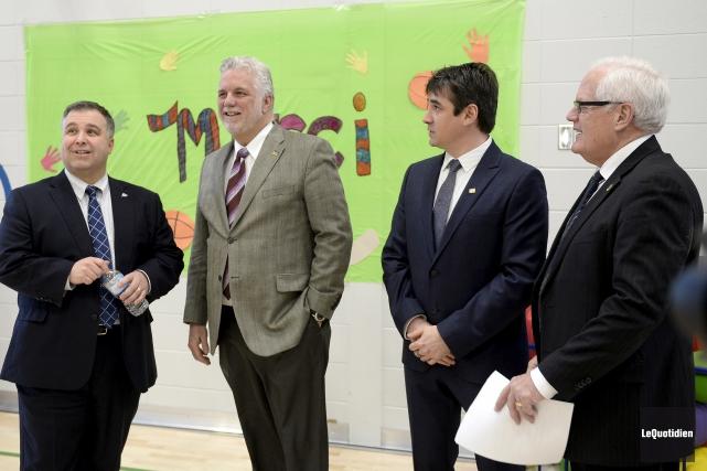 Le premier ministre Philippe Couillard, accompagné du ministre... (Photo Le Quotidien, Jeannot Lévesque)