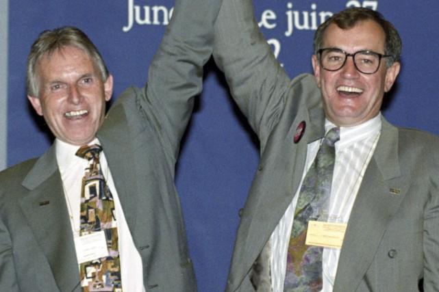 Bob White (à gauche) félicite son successeur Buzz... (La Presse canadienne, John Felstead)