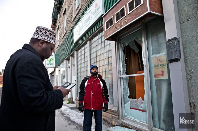 L'imam Youssouf Fofana est venu constater les dégâts... (Patrick Sanfaçon, La Presse)
