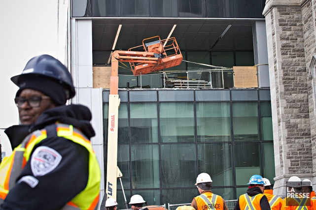 L'accident a provoqué des dommages aux vitres, mais... (Photo Patrick Sanfaçon, La Presse)