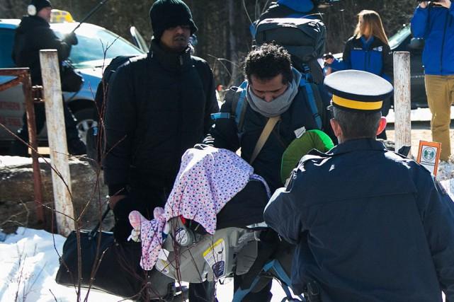 Une famille de migrants, avec un bébé de... (MARTIN TREMBLAY, LA PRESSE)