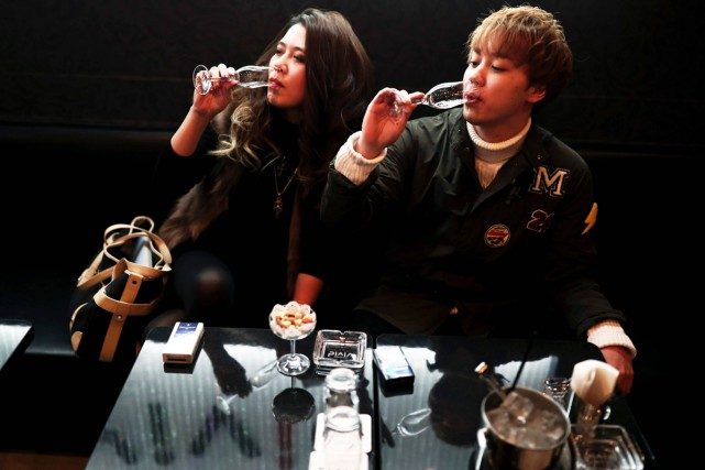 Dans les volutes de fumée d'un club de... (PHOTO AFP)