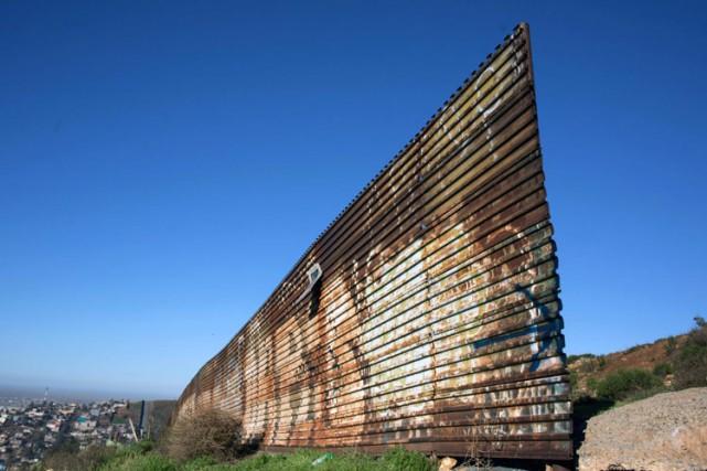 Une partie de la clôture qui sépare les... (PHOTO AFP)