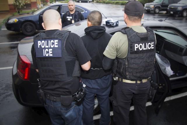 Des agents des services d'immigration ICE ont arrêté... (AP, Charles Reed)