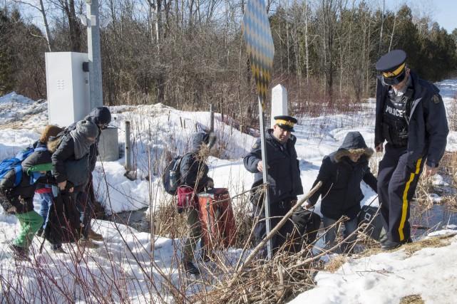 Des policiers de la GRC aidant des demandeurs... (La Presse canadienne, Paul Chiasson)