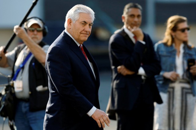 Rex Tillerson à sa sortie de l'avion à... (PHOTO REUTERS)