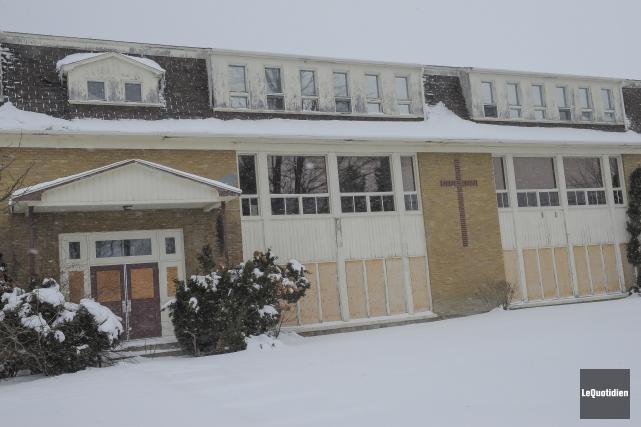 La commission scolaire demande la démolition de l'école... (Archives Le Quotidien, Gimmy Desbiens)